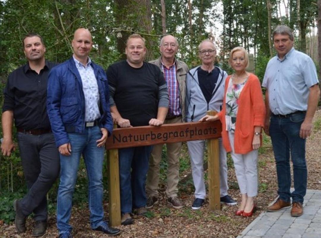 N-VA Geel bezoekt natuurbegraafplaats in Halle, waar reeds 6 mensen rusten in het bos bij Villa Markey