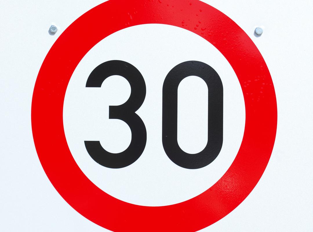 Verkeersbord dat zone 30 aanduidt